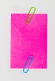 Paperclips y post-it coloridos en el fondo blanco aislado Fotos de archivo