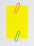 Paperclips y post-it coloridos en el fondo blanco aislado Fotos de archivo libres de regalías