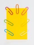 Paperclips y post-it coloridos en el fondo blanco aislado Imágenes de archivo libres de regalías