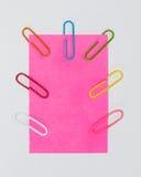 Paperclips y post-it coloridos en el fondo blanco aislado Imagen de archivo
