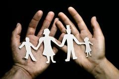 Papercut della famiglia in mani Fotografie Stock Libere da Diritti