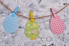 Papercut mönstrade ägg på rep Fotografering för Bildbyråer