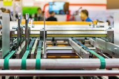 Paperfeedereenheid van modern en geavanceerd technisch van automatische publicatie of drukmachine stock fotografie