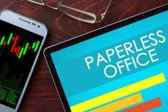 Paperless kontor som är skriftligt på en minnestavla arkivfoton