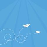 Paperplane que vuela al cielo Fotos de archivo
