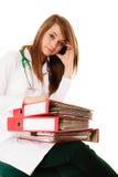 paperwork Mulher sobrecarregado do doutor com originais Fotos de Stock