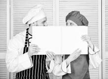 paperwork Szef kuchni i przygotowywa kucbarskiego mienia pust? obrachunkow? ksi??k? Cook i pomagiera spe?niania ksi?gowo?? Para m zdjęcia royalty free
