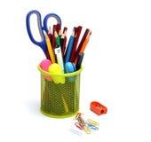 Papeterie colorée de fournitures scolaires dans le panier Photographie stock libre de droits