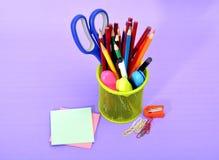 Papeterie colorée de fournitures scolaires dans le panier Image stock