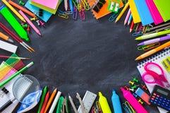 Papeterie d'école sur l'encadrement de tableau noir Photographie stock libre de droits