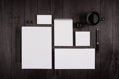 Papeterie d'entreprise vide sur le fond en bois élégant noir Photo libre de droits