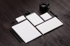 Papeterie d'entreprise vide sur le fond en bois élégant noir Photographie stock libre de droits