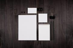 Papeterie d'entreprise vide sur le fond en bois élégant noir Images libres de droits