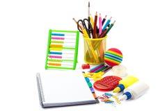 Papeterie et fournitures scolaires sur le fond blanc Images libres de droits