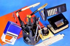 Papeterie pour l'école et le bureau - produits et accessoires utilisés pour la correspondance et le traitement des documents sur  photos libres de droits