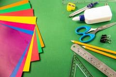 Papeterie pour l'école sur un fond vert images stock