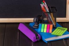 Papeterie : stylos, support de stylo, journal intime Photographie stock libre de droits