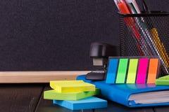 Papeterie : stylos, support de stylo, journal intime Photo libre de droits