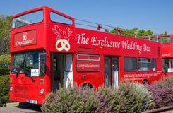 Paphos, Chipre - 16 de junio de 2017: Autobús turístico para una boda un paseo en la ciudad de Paphos, la República de Chipre Imágenes de archivo libres de regalías