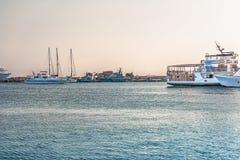Paphos, Chipre - 20 de setembro de 2016: Fragmento do porto em Paphos nos raios do por do sol Os barcos e os iate tomam seus luga imagens de stock