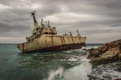 Paphos/Cypern - Februari 2019: Övergett skepp Edro III nära den Cypern stranden royaltyfri foto
