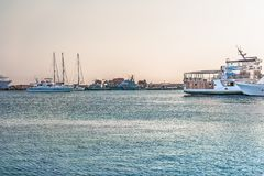 Paphos Cypern - September 20, 2016: Fragment av hamnen i Paphos i strålarna av solnedgången Fartyg och yachter tar deras ställen  arkivbilder