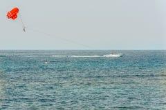 Paphos Cypern - September 20, 2016: Parasailing i medelhavet arkivbild