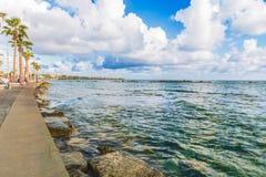 Paphos Cypern - September 20, 2016: Sikt av invallningen på den Paphos hamnen - Cypern Royaltyfria Bilder