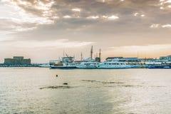 Paphos Cypern - September 20, 2016: Sikt av invallningen på den Paphos hamnen - Cypern Arkivbilder