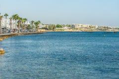 Paphos Cypern - September 20, 2016: Sikt av invallningen på den Paphos hamnen - Cypern Royaltyfri Bild