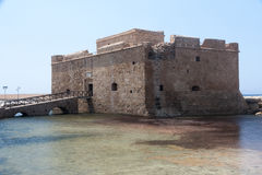 PAPHOS, CYPRUS/GREECE - 22-ОЕ ИЮЛЯ: Старый форт в Paphos Кипре на Ju стоковые изображения rf
