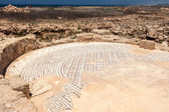 PAPHOS CYPRUS/GREECE - JULI 22: Forntida mosaik nära huset royaltyfri bild