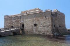 PAPHOS CYPRUS/GREECE - JULI 22: Gammalt fort i Paphos Cypern på Ju arkivbild