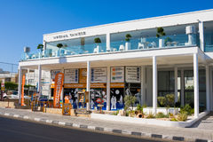 PAPHOS - 12 DE JULIO DE 2017: El ` turístico Chipre del pabellón informa al `, avenida de Poseidonos en Paphos, Chipre imagen de archivo libre de regalías