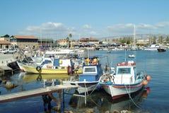 Paphos hamn på den sydliga kusten av Cypern royaltyfri bild