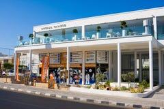 PAPHOS - LIPIEC 12, 2017: Turystyczny pawilonu ` Cypr Informuje `, Poseidonos aleja w Paphos, Cypr obraz royalty free