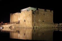 Paphos slott på natten Arkivfoton