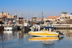 PAPHOS, ZYPERN - 12. Juli 2017: Boote und Yachten an Paphos-Hafen Stockfoto