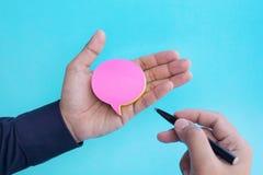 Papier à lettres de bulle de la parole sur la main masculine Idées de concepts d'affaires et de créativité photographie stock libre de droits