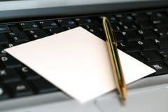 Papier à lettres et crayon lecteur sur le clavier Photos libres de droits
