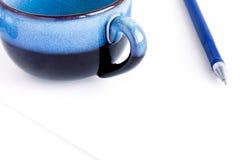Papier abgedeckt mit Feder und Cup Lizenzfreies Stockbild
