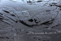Papier absorbant utilisé pour rayer l'huile du pétrole brut renversé photo stock