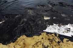 Papier absorbant utilisé pour rayer l'huile du pétrole brut renversé images libres de droits