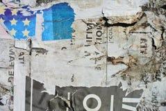 Papier aléatoire de texture de collage sur le mur érodé ressemblant à un drapeau images stock