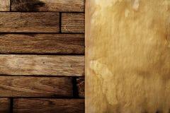 Papier antique sur une surface en bois brune Images stock