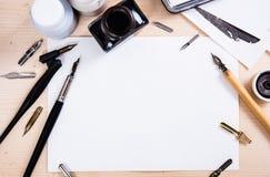 Papier, atrament i kaligrafii pióra, Literowanie warsztata szczegóły zdjęcia stock