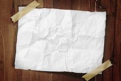 Papier auf Band aufgenommen zu einer Wand Stockbilder
