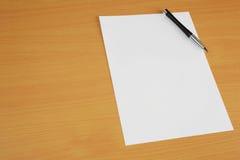 Papier auf Schreibtisch Lizenzfreie Stockfotos