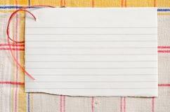 Papier auf Tischdecke Lizenzfreie Stockfotos