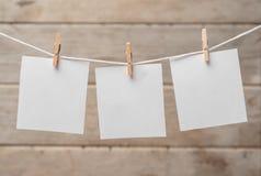 Papier auf Wäscheklammern Stockfotografie
